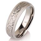"""טבעת לגבר מטיטניום ברוחב 6 מ""""מ בגימור מרוקע מט."""