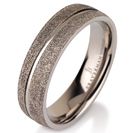 """טבעת לגבר מטיטניום ברוחב 6 מ""""מ בגימור """"יהלומים"""" עם אמצע מוברק ומוחלק ."""