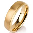 """טבעת לגבר מטיטניום ברוחב 6 מ""""מ בגימור מט עם פס לכל אורך הטבעת בגימור מוברק, הטבעת מצופה בזהב צהוב 14 קראט."""