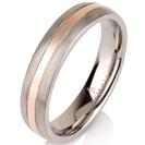"""טבעת לגבר מטיטניום ברוחב 6 מ""""מ בגימור מט עם פס אמצעי מוברק המצופה בזהב אדום 14 קראט."""