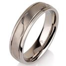 """טבעת לגבר מטיטניום ברוחב 6 מ""""מ עם אמצע מוברש מט וחריטה בעבודת יד של עלים."""