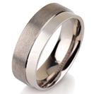 """טבעת לגבר מטיטניום ברוחב 7 מ""""מ בגימור בשני גבהים האחד מט והשני חלק."""