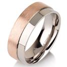 """טבעת לגבר מטיטניום ברוחב 7 מ""""מ בגימור בשני גבהים האחד מט והשני חלק, הטבעת מצופה בזהב אדום 14 קראט."""