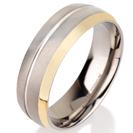 """טבעת לגבר מטיטניום ברוחב 7 מ""""מ עם פס אמצע מוברק לאורך כל הטבעת, הטבעת בגימור מט וכן בעלת קצה מצופה זהב צהוב 14 קראט בגימור מוברק."""