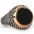 טבעת חותם בסגנון וינטג' עשויה כסף 925 ומשובצת באבן אוניקס עגולה שטוחה.