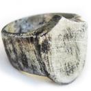 """טבעת חותם בסגנון רומאי  """"המגן הכסוף"""" משולבת מתכת וכסף 925 להענקת מראה אותנטי."""