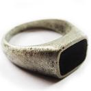 טבעת חותם מיושנת ושרוטה במראה אותנטי.