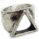 טבעת חותם משולשת במראה מיושן.