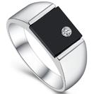 טבעת אוניקס לגבר עשויה כסף 925 משובצת ביהלום זרקוניה.