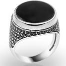 טבעת חותם לגבר משובצת אוניקס שחור ואבני סברובסקי שחורות קטנות בצדדים.