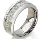 טבעת מטאור העשויה טונגסטן קרביד טהור בגימור מבריק וברוחב 8ממ עם מילוי פלדה בגימור של מטאור טבעי.