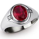 טבעת לגבר העשויה כסף 925 ומשובצת באבן רובי טבעית במשקל של כ- 4.8 קרט וכן משובצת בשני יהלומים במשקל כולל של 0.04 קרט.