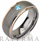 """טבעת טונגסטן לגבר ברוחב 8מ""""מ בגימור מעוגל מט, בשילוב זהב אדום ואבן חן בצבע טורקיז מסוג אקווהמרין טבעי."""