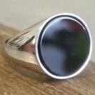 טבעת חותם לגבר העשויה כסף 925 ואבן אוניקס שחורה עגולה