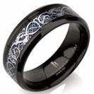 """טבעת שחורה לגבר העשויה טיטניום עם מילוי קרבון כחול ועיטור פנימי כסוף הטבעת ברוחב 8 מ""""מ"""