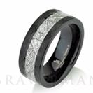 """טבעת לגבר בגימור מט ומילוי פלדה בסגנון מטאור טבעי הטבעת עשויה טונגסטן וברוחב 8מ""""מ"""