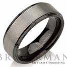 """טבעת לגבר העשויה טונגסטן קריבד עם אמצע מוברש וצדדים שחורים ברוחב 8 מ""""מ"""