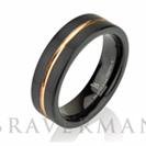 """טבעת לגבר העשויה טונגסטן עם ציפוי שחור מוברש וציפוי זהב אדום הטבעת ברוחב 6 מ""""מ"""