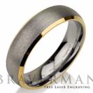 """טבעת לגבר העשויה טונגסטן בגימור התזת חול וצדדים עם ציפוי זהב צהוב הטבעת ברוחב 6 מ""""מ"""