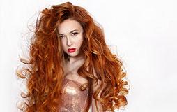 אישה עם תוספות שיער