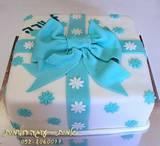 עוגת מתנה בתכלת-לבן