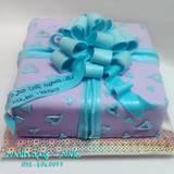 עוגת מתנה בסגול, תכלת ולבבות...