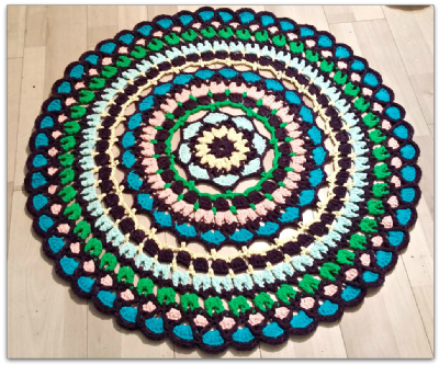 שטיח טריקו במסרגה אחת בדוגמת פרח