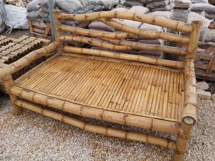 ספסל במבוק ענק