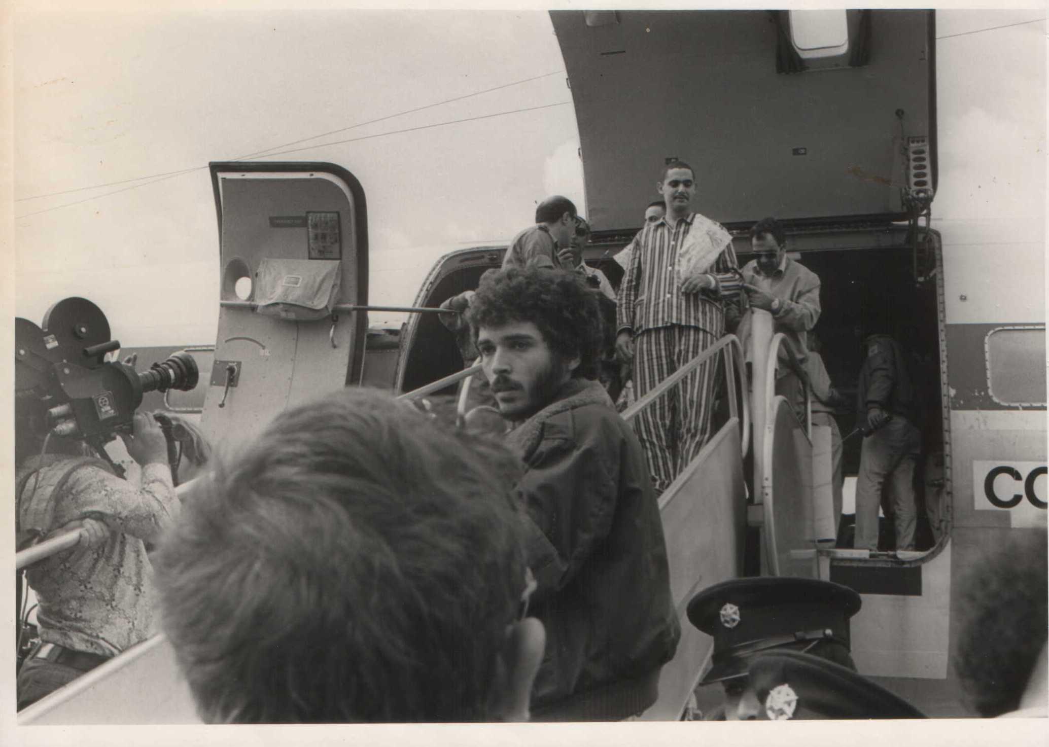 אבי וייס יורד ממטוס הפצועים
