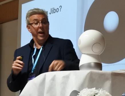"""ד""""ר רוברטו פירצ'יני עם הרובוט Jibo"""