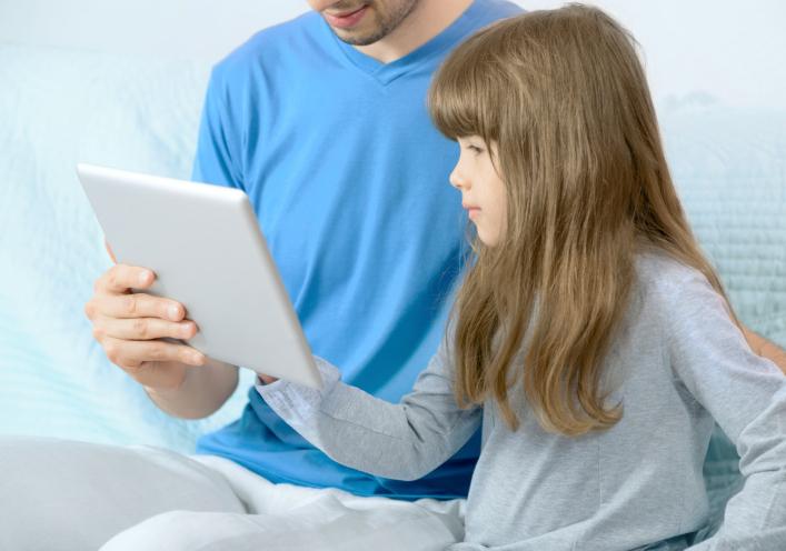 ילדה לומדת אנגלית באייפד
