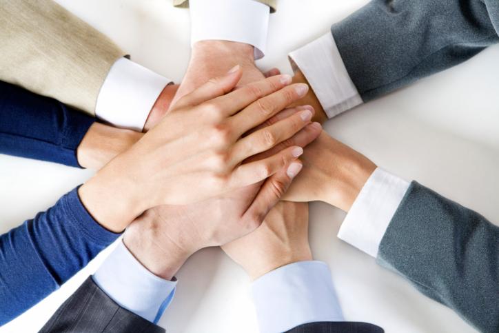 לעבוד ביחד