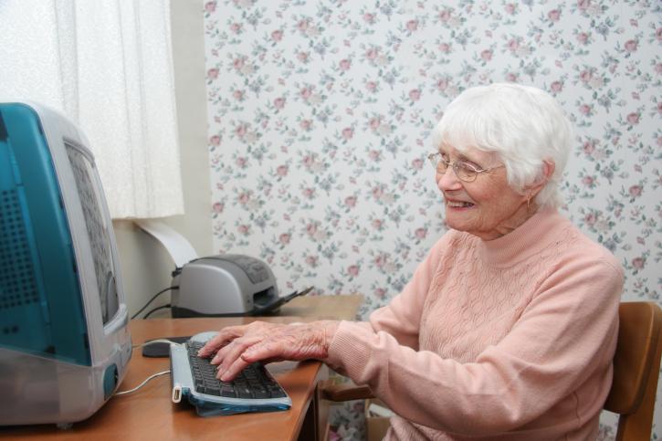 ניצולת שואה במחשב