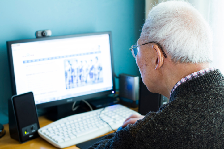 קשישים בפייסבוק