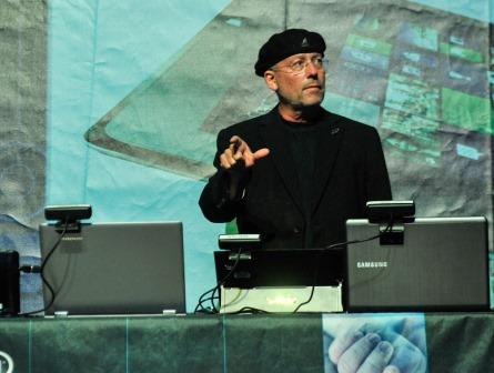 מולי עדן מפעיל מחשב באצבעותיו
