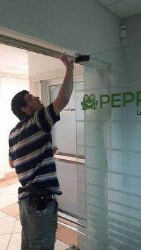 מנעולן מתקן דלת זכוכית
