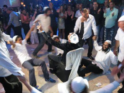 נחמנים משמחים בריקודים עם חתן בר מצוה