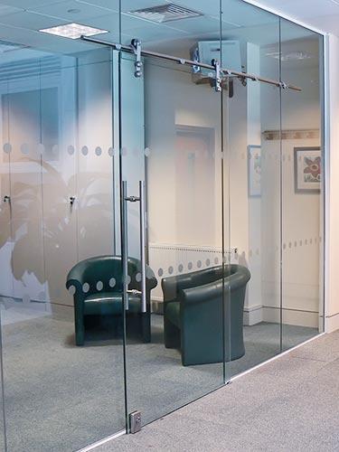 דלתות הזזה מזכוכית למשרד