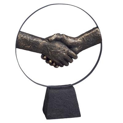 """3663 - פסל """"יד לוחצת יד"""""""