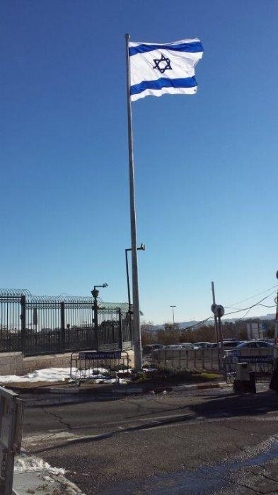 התקנת תורן פלדה קוני במשרד ראש הממשלה בירושלים עם דגל