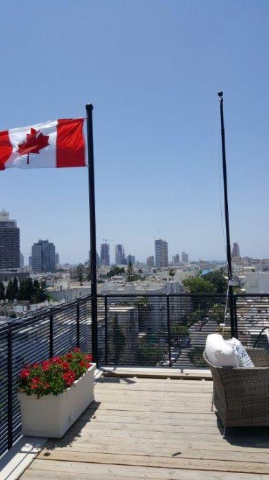 תורן טלסקופי נייד בגובה 4 מטר בהתקנה על בית שגרירות קנדה