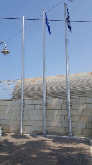 תורן אלומיניום קוני בגובה 8 מטר התקנה עם חבקים לקיר תחנת משטרת מרינה אשקלון