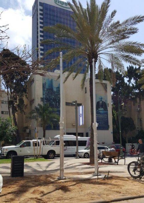 תורן אלומיניום קוני בגובה 5 מטר התקנה בשדרות רוטשילד בית העצמאות