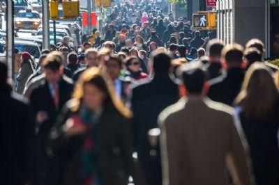 אנשים צועדים