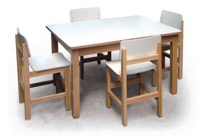 שולחן וכסאות שמנת