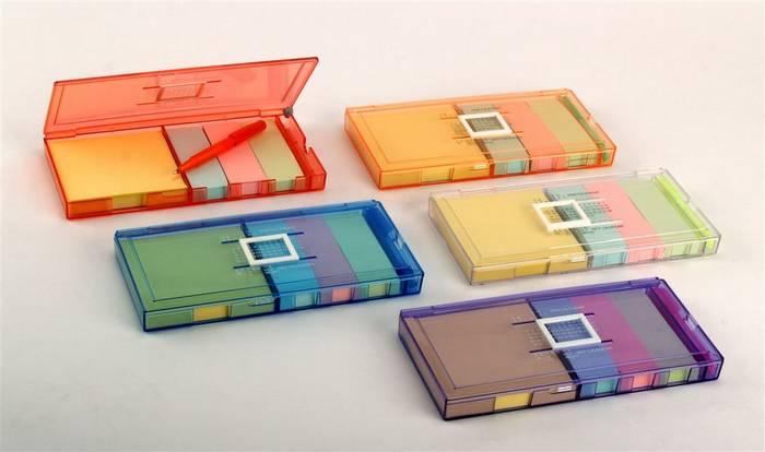 שנגרילה - קופסה עם ניירות ממו דביקים ועט