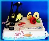 עוגת יום הולדת עם מלגזה וכלי עבודה