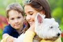 מטפלת ילד וכלב במשולש טיפולי בעזרת בעלי חיים