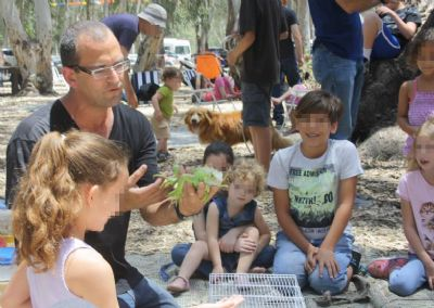 אסף פיליפ עובד עם קבוצת ילדים חיה טיפולית