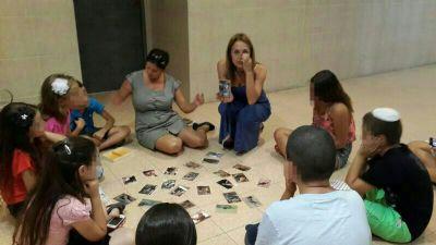 הדרכת ילדים במשחק קלפים טיפוליים